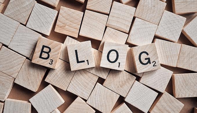 「ブログ」と書かれた木のブロック