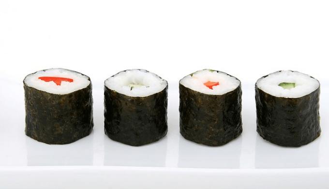 お皿に盛りつけられた巻き寿司