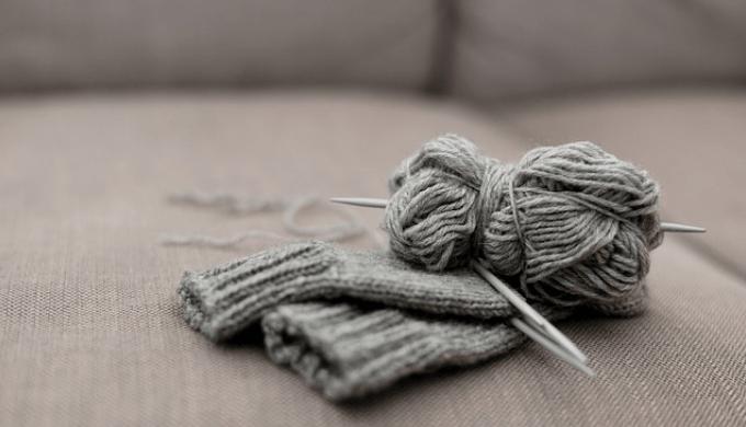 編みかけのニットの手袋