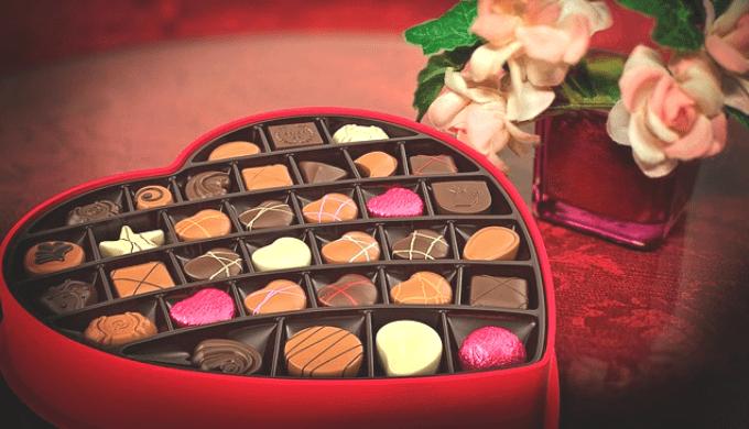 ハート型の器に盛りつけられたチョコレート