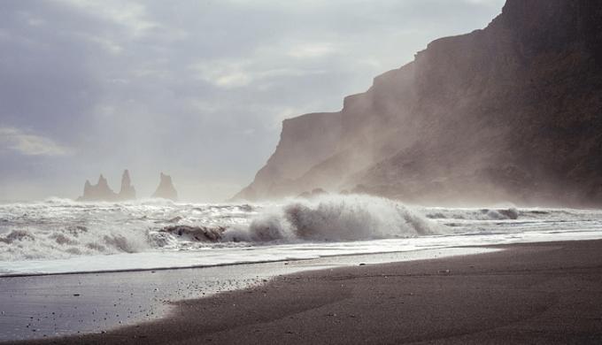 風が強い波打ち際