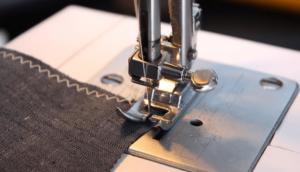 服を縫っているミシン