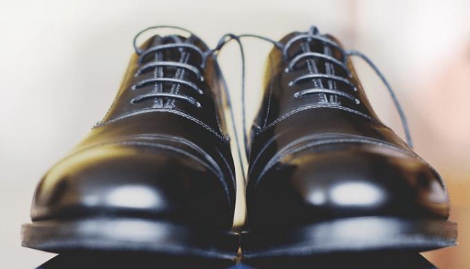 正面から見た革靴