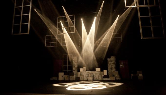 スポットライトがあたった演劇の舞台