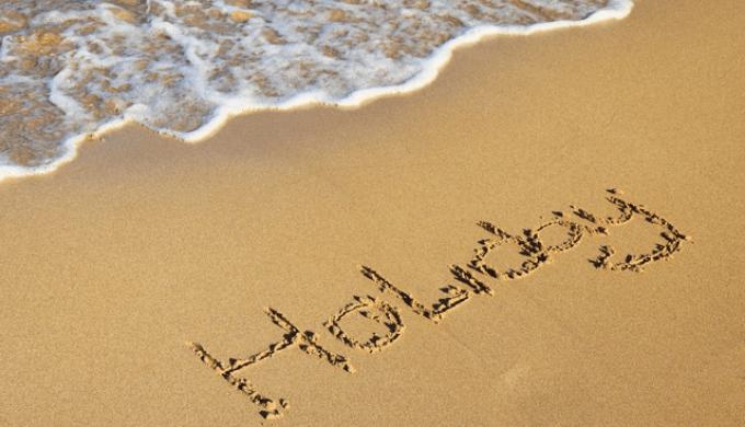 砂浜に描かれた「Holiday」の文字