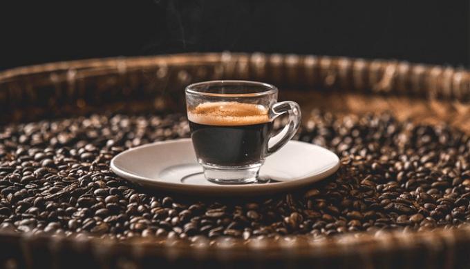 カップに注がれたエスプレッソコーヒー