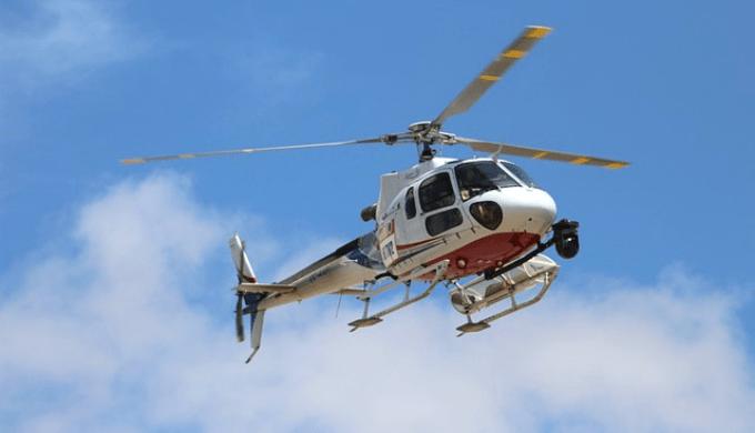 空を飛んでいるヘリコプター