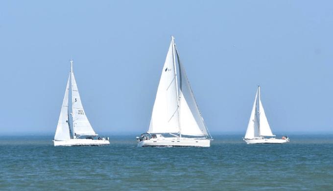 海の上に浮かぶヨット