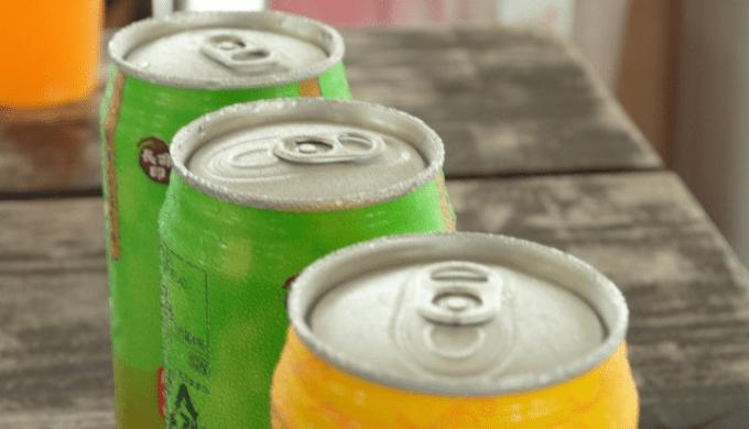 並べられた缶ジュース