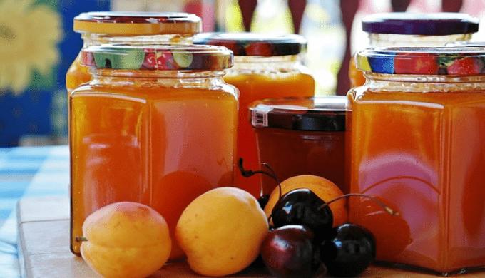 瓶詰めのジャムと果物