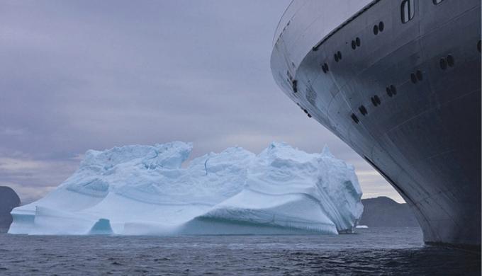 氷山に衝突しそうな船