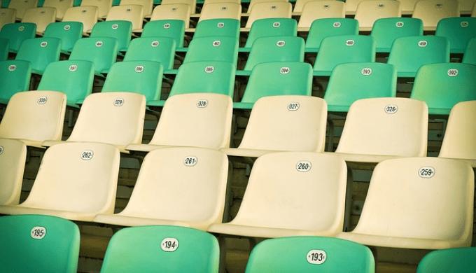 綺麗に並んだ椅子