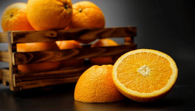 籠に入ったオレンジと半分に切ったオレンジ