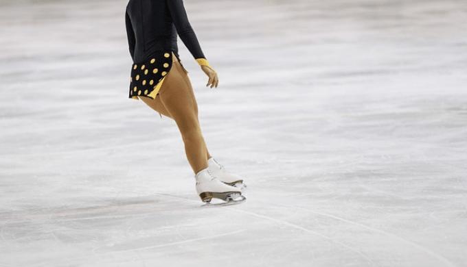 氷上のフィギュアスケート選手